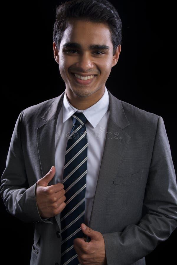 Jeune homme d'affaires dans le procès photo stock