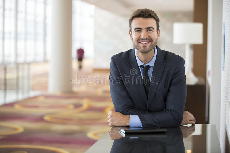 Jeune homme d'affaires de sourire At Hotel Conference images libres de droits