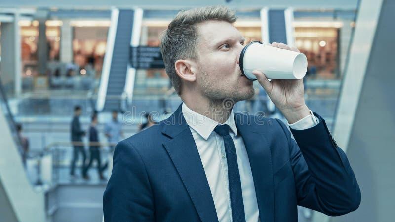 Jeune homme d'affaires Drinking Coffee photographie stock libre de droits
