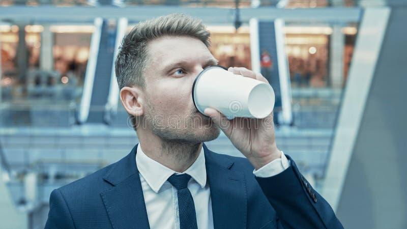 Jeune homme d'affaires Drinking Coffee image libre de droits