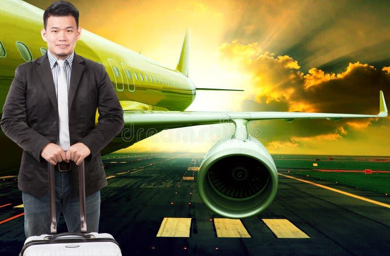 Jeune homme d'affaires et bagage de déplacement se tenant devant la PA images libres de droits