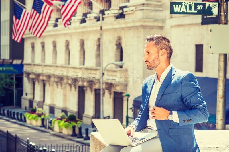 Jeune homme d'affaires européen avec le déplacement de barbe, fonctionnant dans nouveau images libres de droits