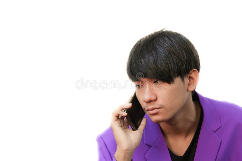 Jeune homme d'affaires faisant un appel téléphonique sur le fond blanc image stock