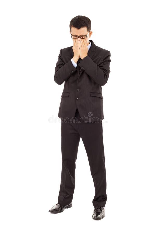Jeune homme d'affaires fatigué frottant ses yeux photos stock