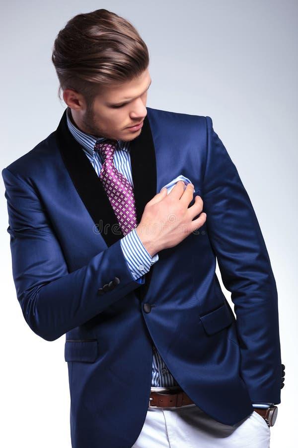 Jeune homme d'affaires fixant son mouchoir images stock