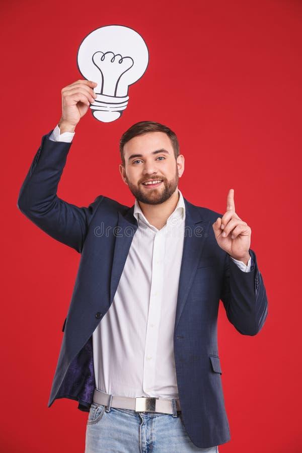 Jeune homme d'affaires fournissant une idée ou une solution photos libres de droits