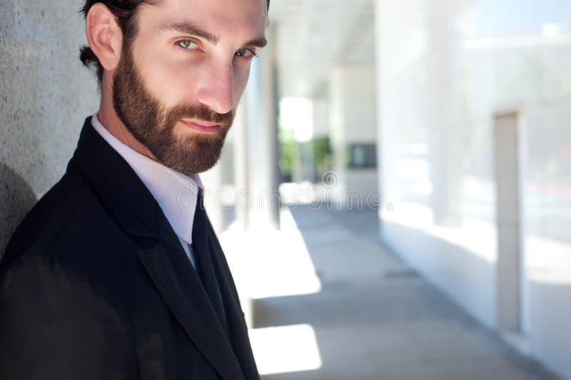 Jeune homme d'affaires frais avec la barbe posant dehors photo stock