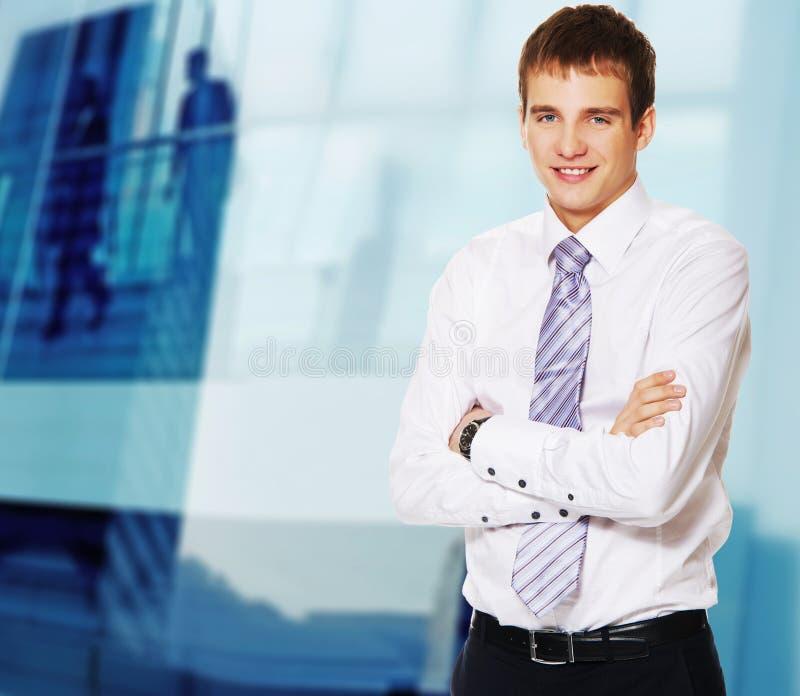 Jeune homme d'affaires heureux. images stock