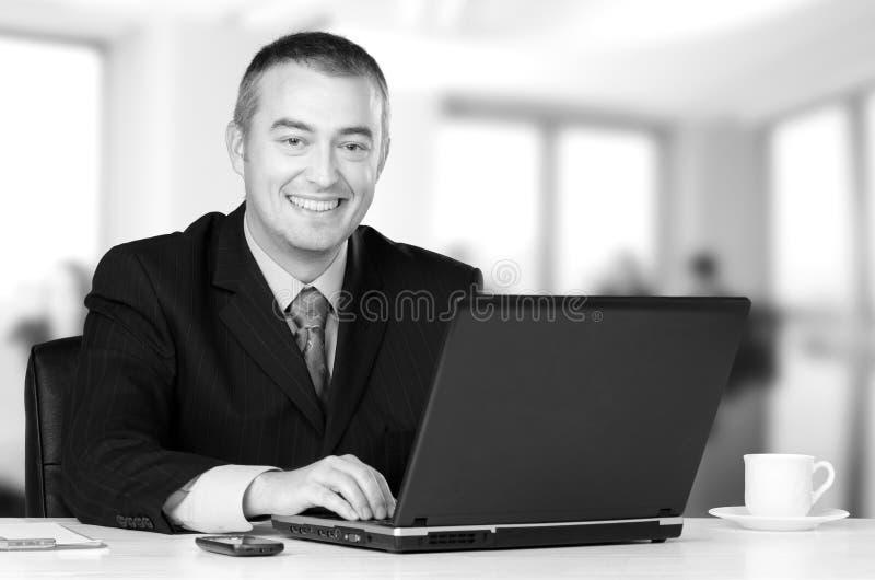 Jeune homme d'affaires heureux travaillant dans son bureau photos libres de droits