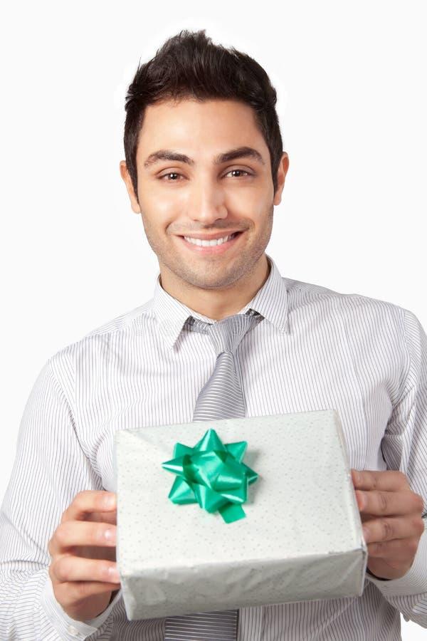 Jeune homme d'affaires Holding Gift Box photographie stock libre de droits