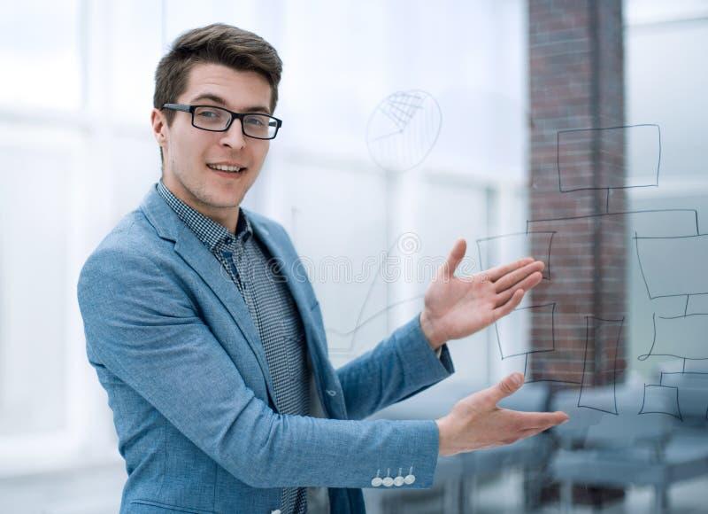 Jeune homme d'affaires invitant à son bureau photo libre de droits