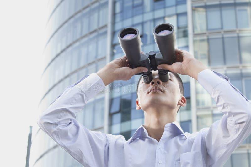Jeune homme d'affaires Looking Through Binoculars photos libres de droits