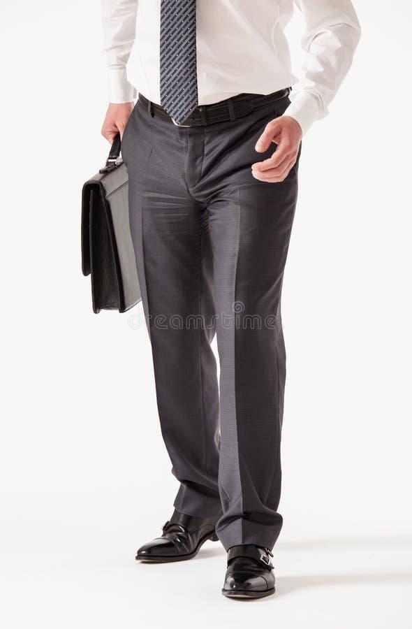 Jeune homme d'affaires méconnaissable tenant une serviette images stock