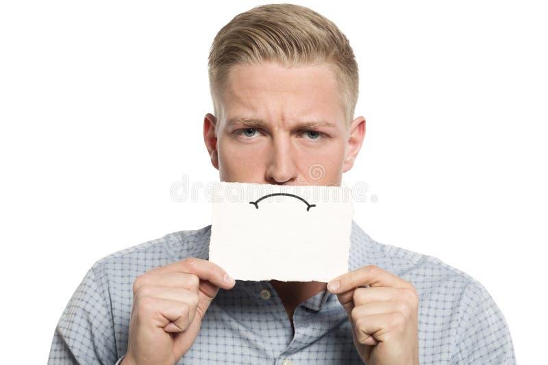 Homme d'affaires bouleversé présent la carte blanche vierge. image stock