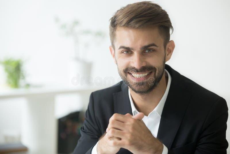 Jeune homme d'affaires millénaire attirant de sourire dans le regard de costume photos libres de droits
