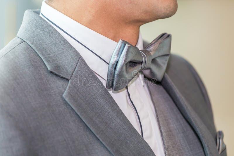 Jeune homme d'affaires non identifié en gros plan portant un noeud papillon gris a photos stock