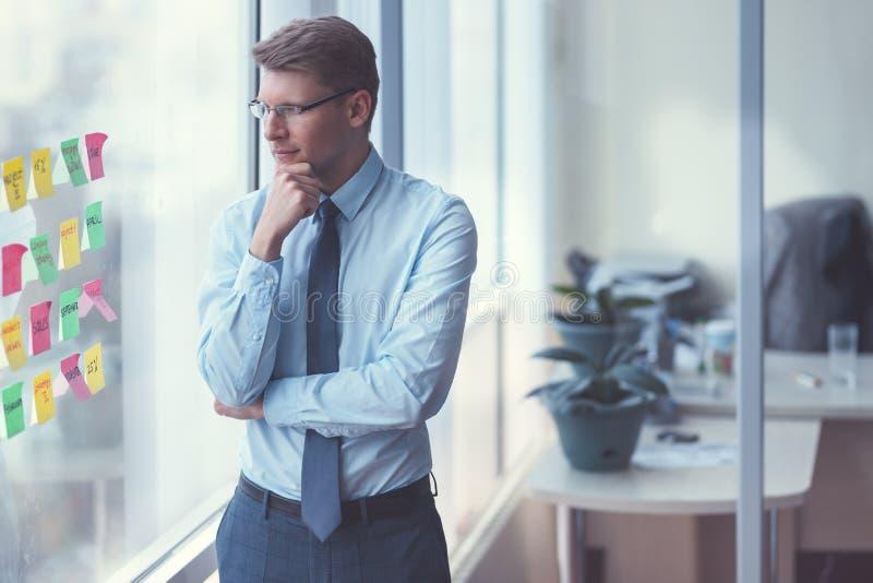 Jeune homme d'affaires par la fenêtre image libre de droits