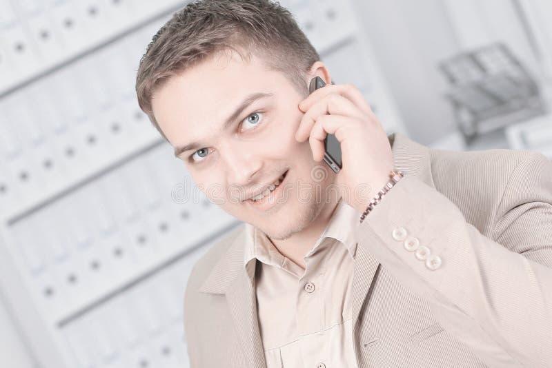 Jeune homme d'affaires parlant sur le téléphone portable photos stock