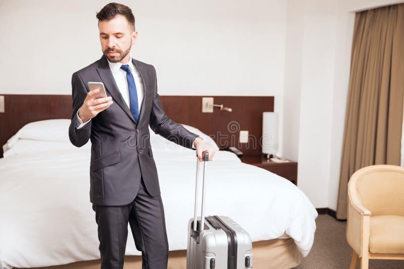Jeune homme d'affaires pendant un voyage d'affaires images stock