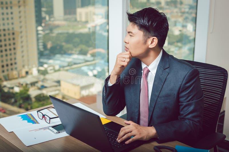 Jeune homme d'affaires pensif photographie stock
