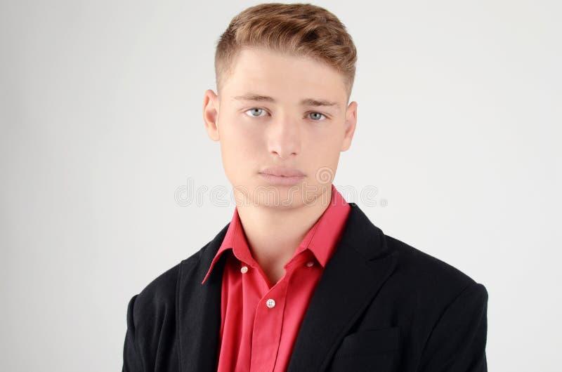 Jeune homme d'affaires portant un costume noir avec la chemise rouge. images libres de droits