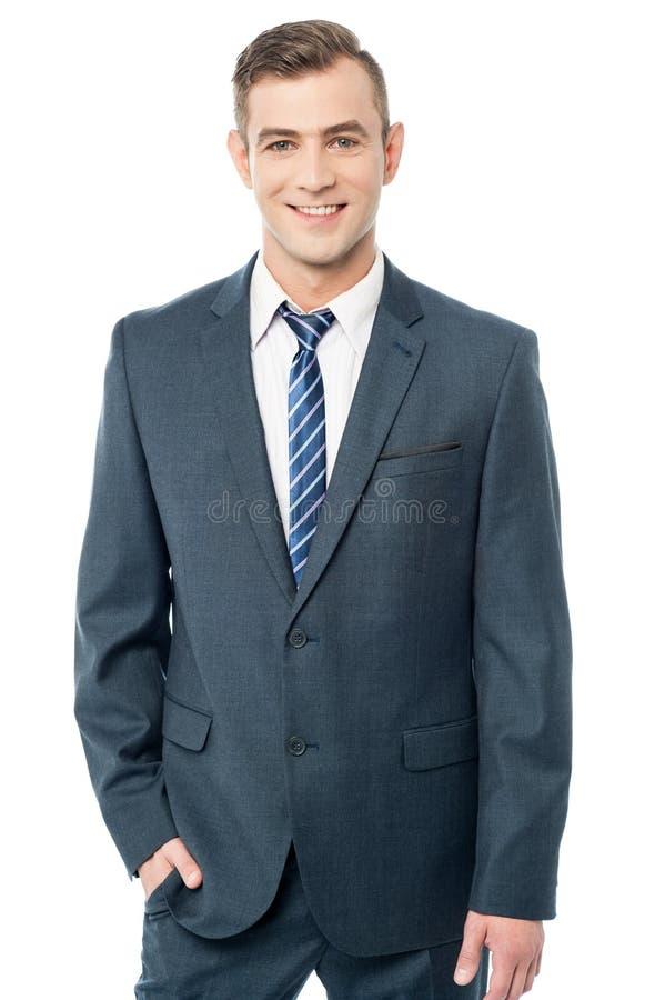 Jeune homme d'affaires posant élégamment photographie stock libre de droits
