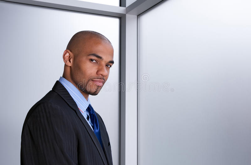 Jeune homme d'affaires près d'un hublot photos libres de droits
