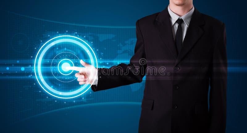Homme d'affaires pressant le type de pointe de boutons modernes images stock