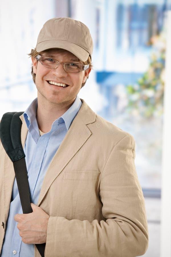 Jeune homme d'affaires quittant le bureau photo libre de droits