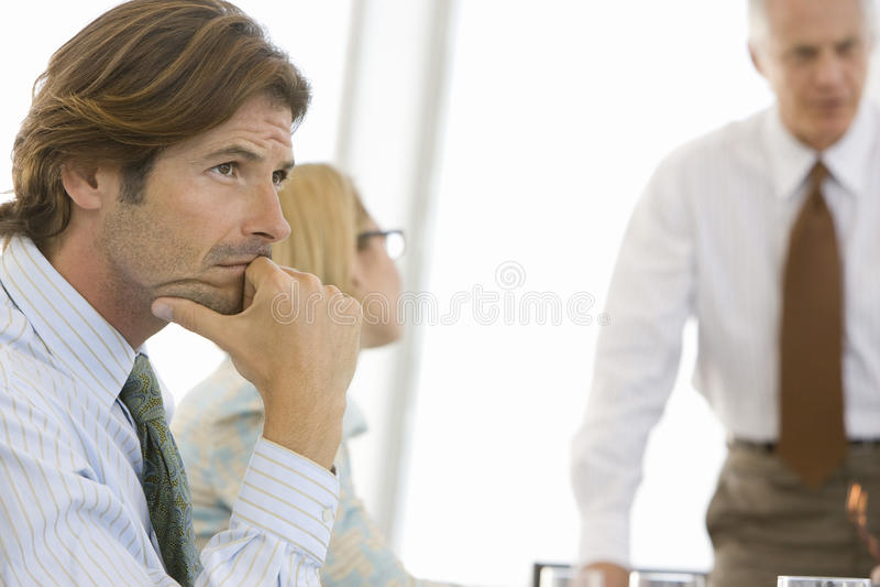 Jeune homme d'affaires réfléchi In Conference Room images stock