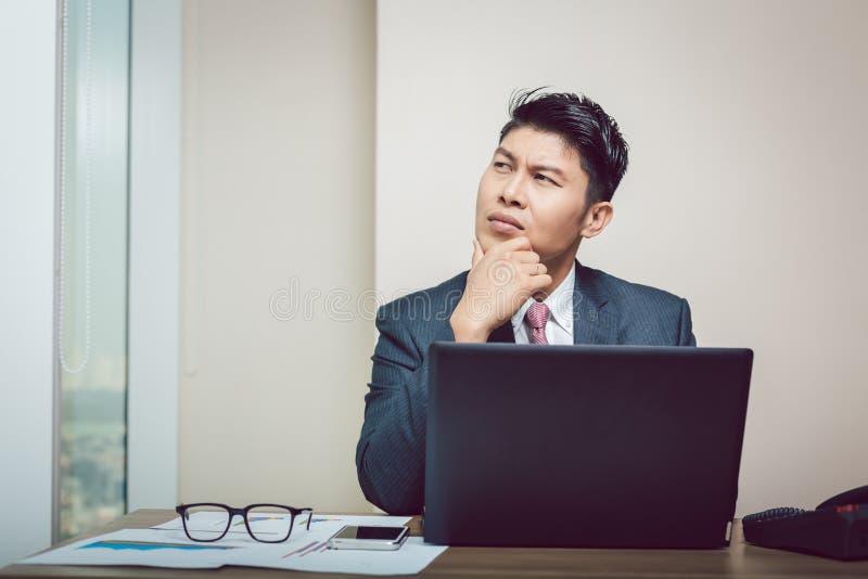Jeune homme d'affaires réfléchi dans son bureau photo stock