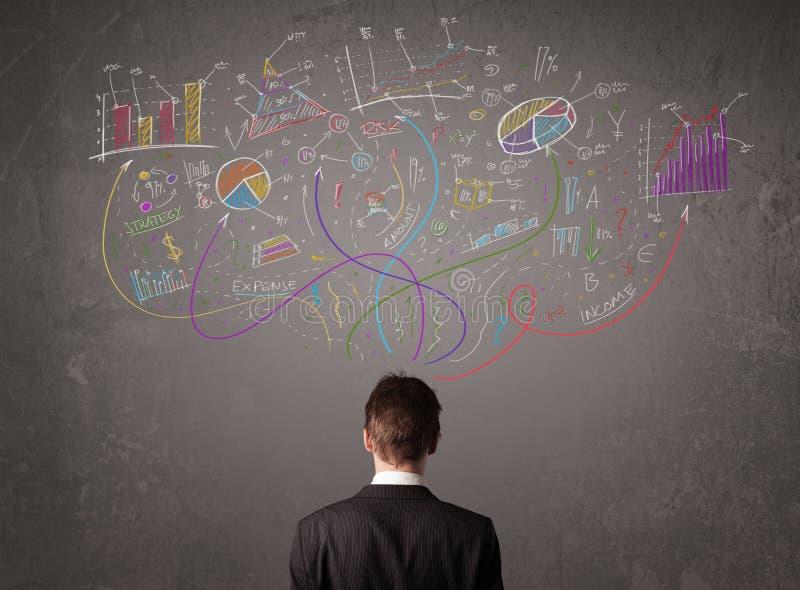 Jeune homme d'affaires regardant des croquis des graphiques et des symboles illustration libre de droits