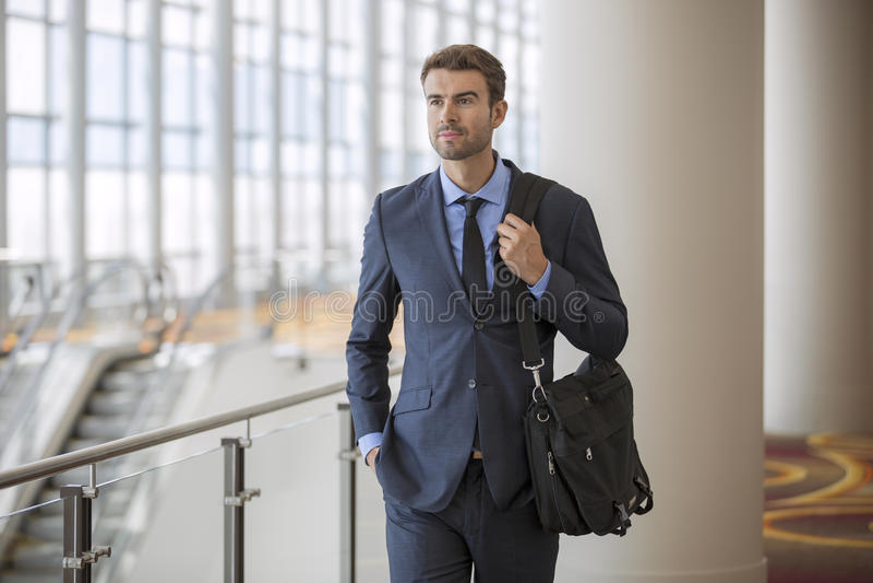 Jeune homme d'affaires sûr à l'hôtel par voyage d'affaires d'escalator images libres de droits
