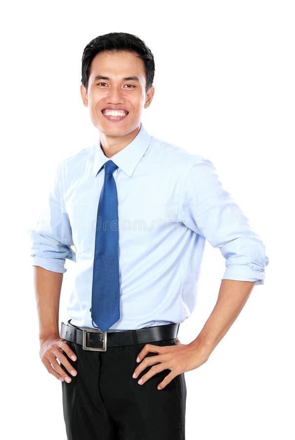 Jeune homme d'affaires sûr regardant l'appareil-photo photo stock