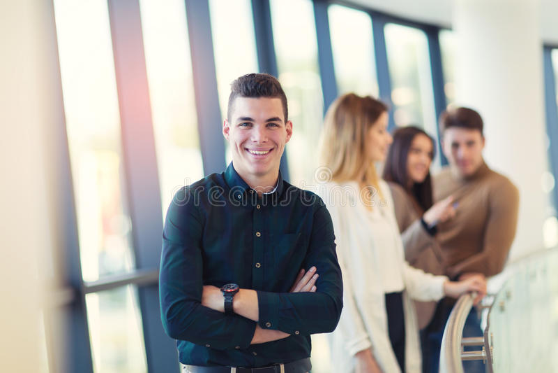 Jeune homme d'affaires sûr regardant l'appareil-photo tout en se tenant images libres de droits