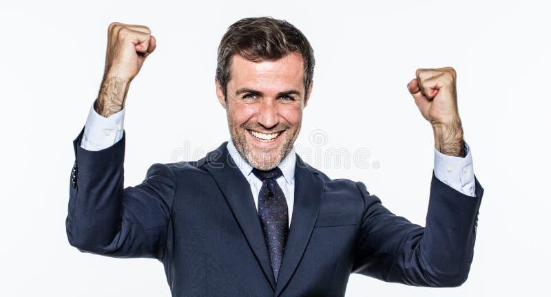 Jeune homme d'affaires satisfaisant avec le costume élégant et lien pour le succès photographie stock