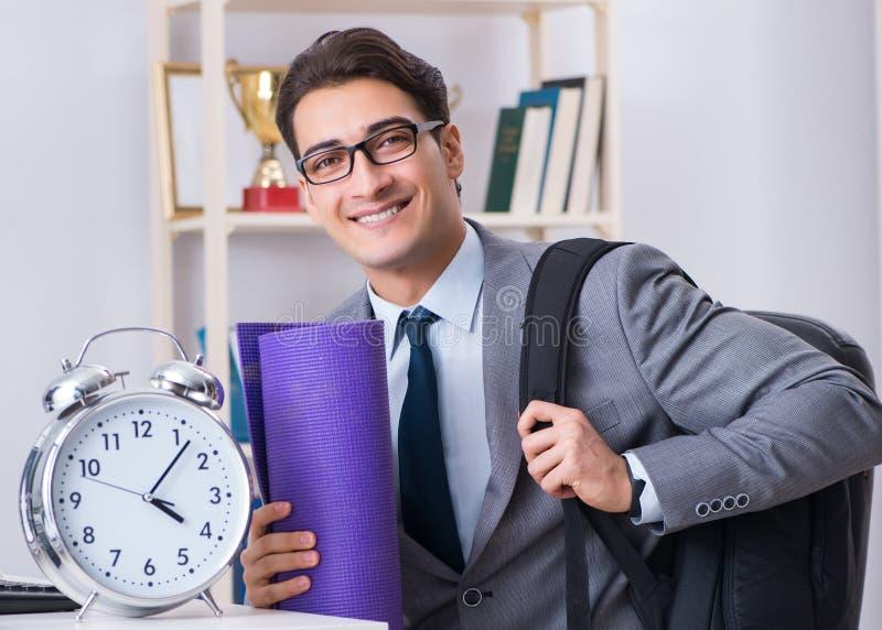 Jeune homme d'affaires se pr?cipitant au gymnase de sports pendant la coupure photo libre de droits