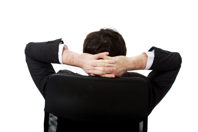 Jeune homme d'affaires se reposant sur le fauteuil photographie stock libre de droits