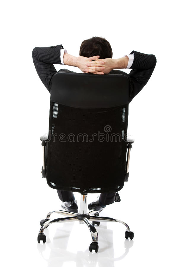 Jeune homme d'affaires sesting sur une chaise image libre de droits