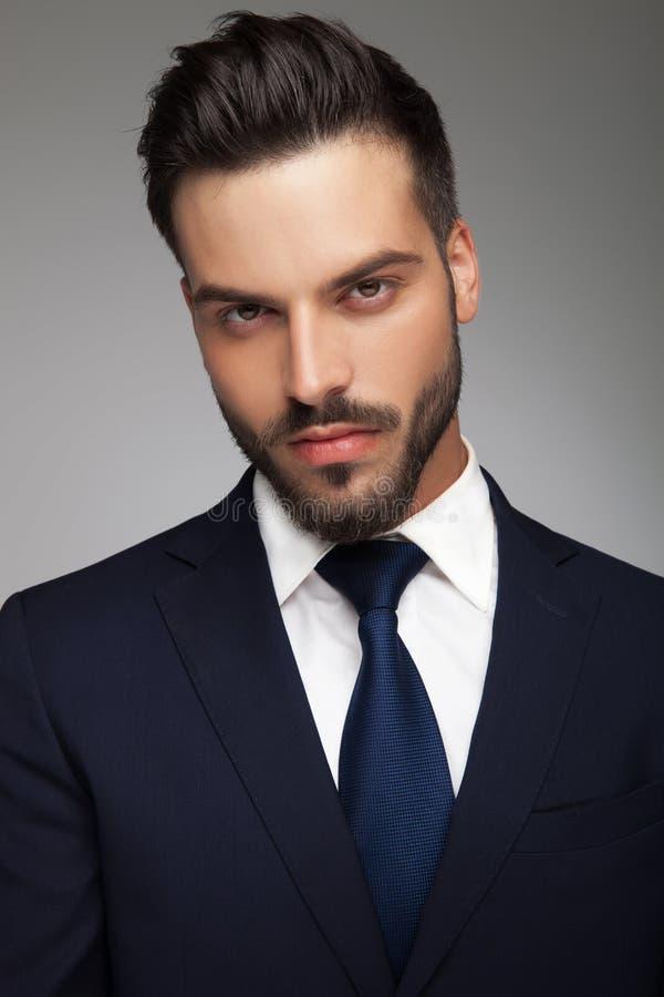 Jeune homme d'affaires sexy dans le costume et le lien photo stock