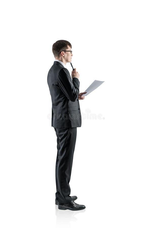 Jeune homme d'affaires songeur avec le document images stock