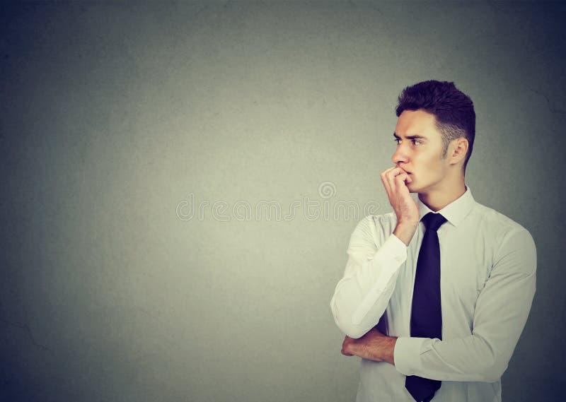 Jeune homme d'affaires soucieux regardant en longueur photos stock