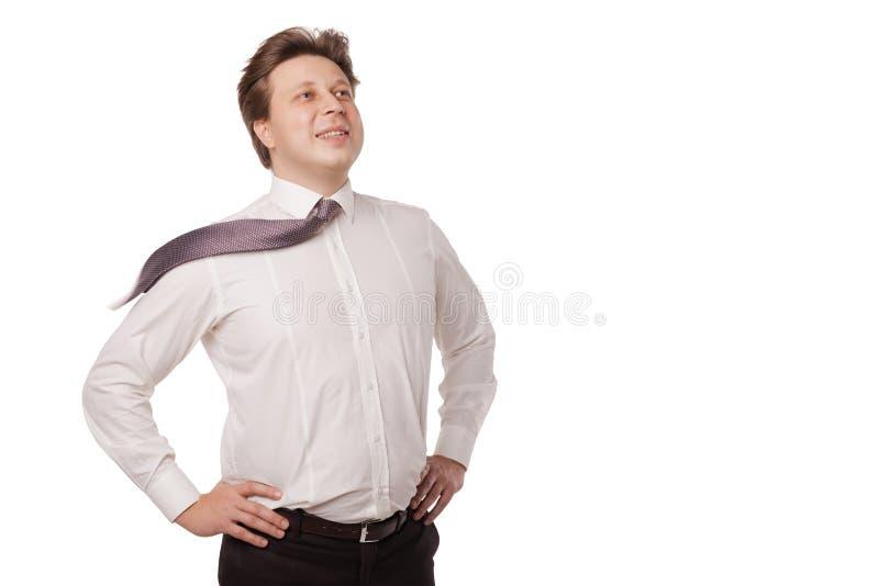 Jeune homme d'affaires souriant avec la cravate de soufflement photographie stock