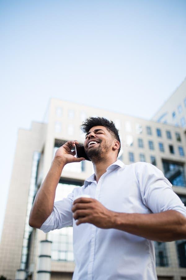 Jeune homme d'affaires sur la rue de ville images stock