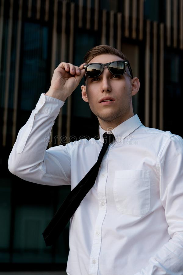 Jeune homme d'affaires sur la rue images stock