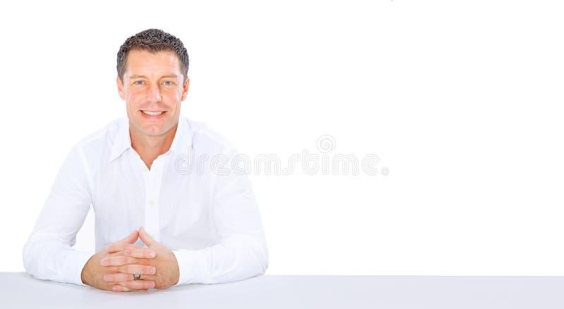 Jeune homme d'affaires sur un bureau photographie stock libre de droits