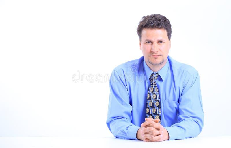 Jeune homme d'affaires sur un bureau image stock