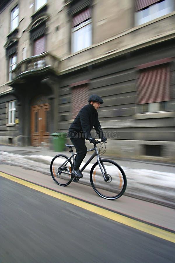 Jeune homme d'affaires sur une bicyclette photos stock
