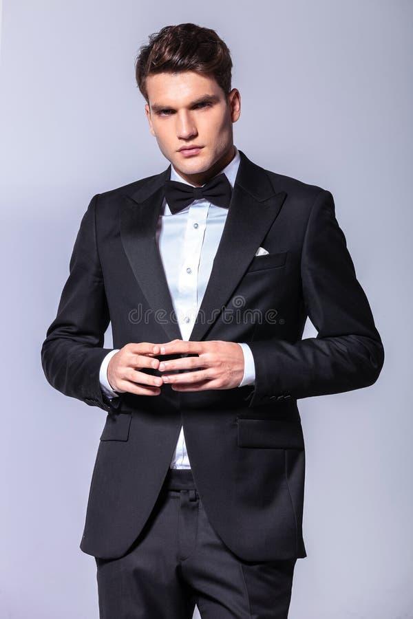 Jeune homme d'affaires tenant ses doigts ensemble photos stock