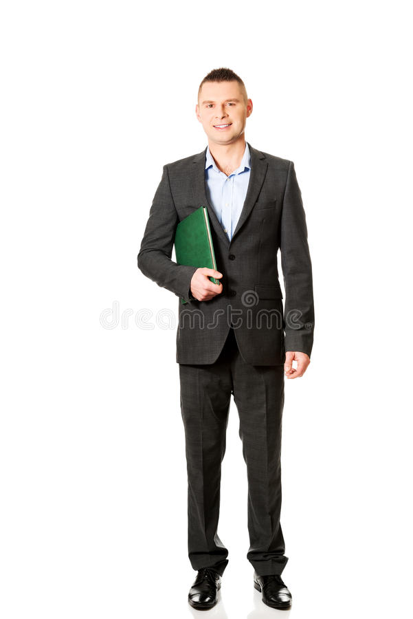 Jeune homme d'affaires tenant son carnet photos stock
